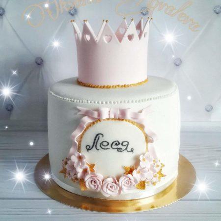 Розовый торт с короной