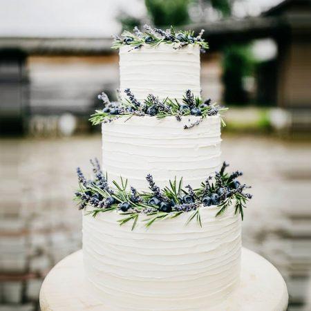 Простые свадебные торты с ягодами