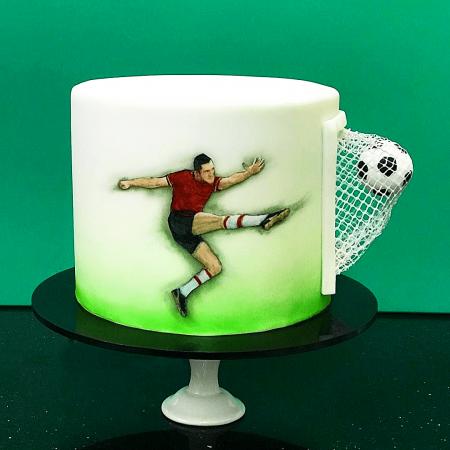 Торт с футболистом и мячом в воротах
