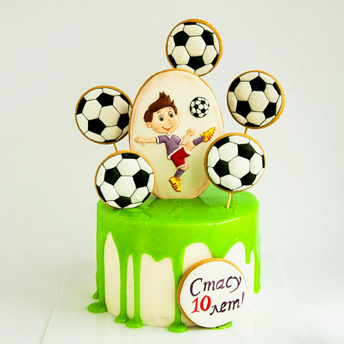 Торт украшенный топперами футбольных мячей