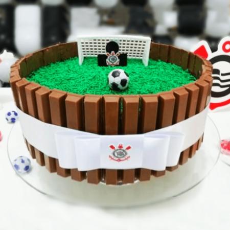 Торт футболисту на юбилей из шоколадок