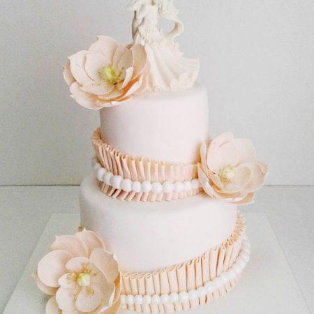 Свадебный торт с фигурками жениха и невесты