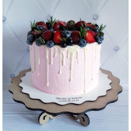 розовый торт с ягодами и потёками