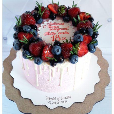 Торт украшен ягодами сверху