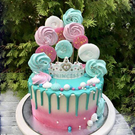 Торт с разноцветной меренгой на палочке