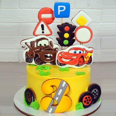 Торт с машинкой Маквин и Метр