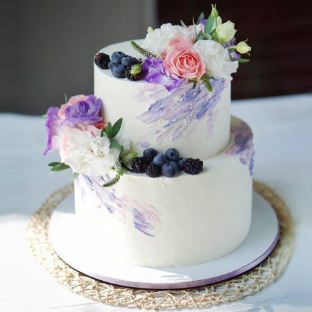 Свадебный торт с живыми цветами и ягодами