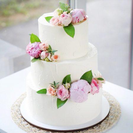 свадебный трехъярусный торт с живыми цветами