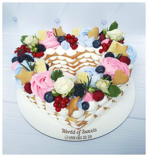 Торт сердце с розами и ягодами