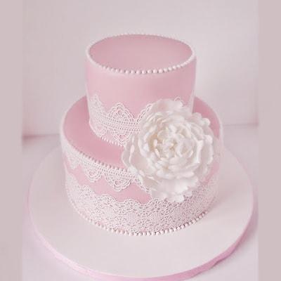 Двух ярусный торт с цветком и кружевами