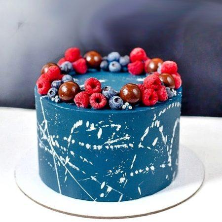 Торт цвета космос с лесными ягодами