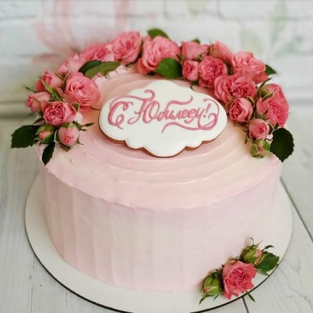 Пурпурный торт с розовыми розами