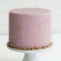 Торт цвета пудры с жемчужинами