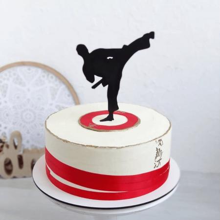 Торт с фигуркой каратиста для мальчик