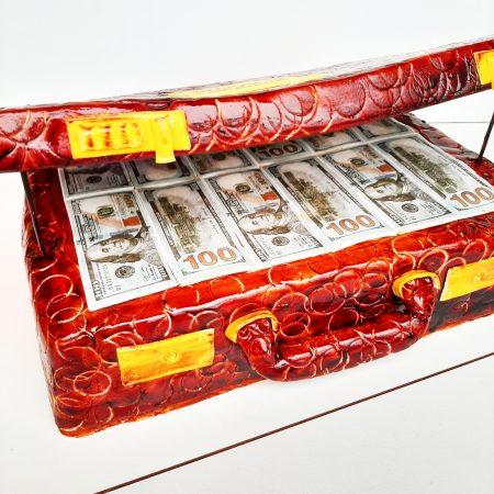 Торт в виде чемодана с деньгами