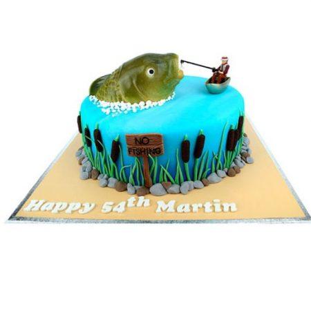 Торт рыбак с удочкой тянет рыбу