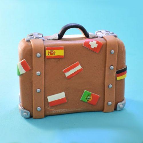 Торт чемодан с флагами разных стран