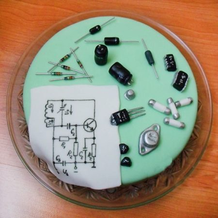Торт с предохранителями и конденсаторами для электрика