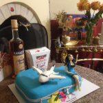 Синий торт чемодан с фигурками самолёта и девушки
