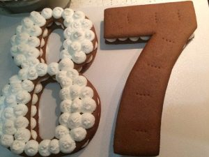 Торт цифра украшенный кремом