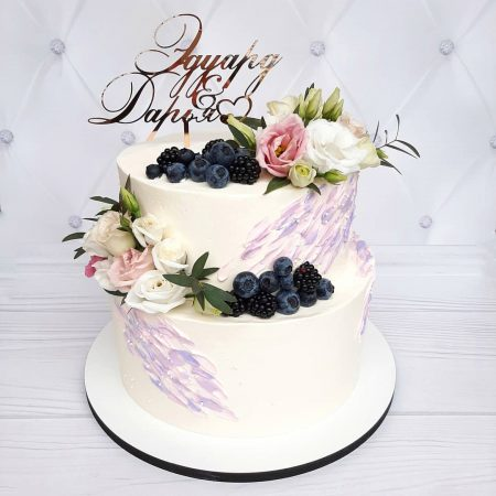 Cвадебный торт с цветами и ягодами