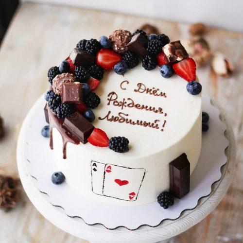 Торт с картами и ягодами
